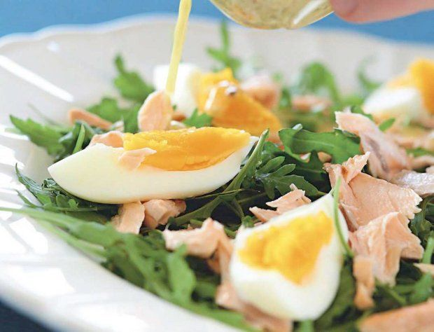Sałatka z łososiem rukolą i jajkiem