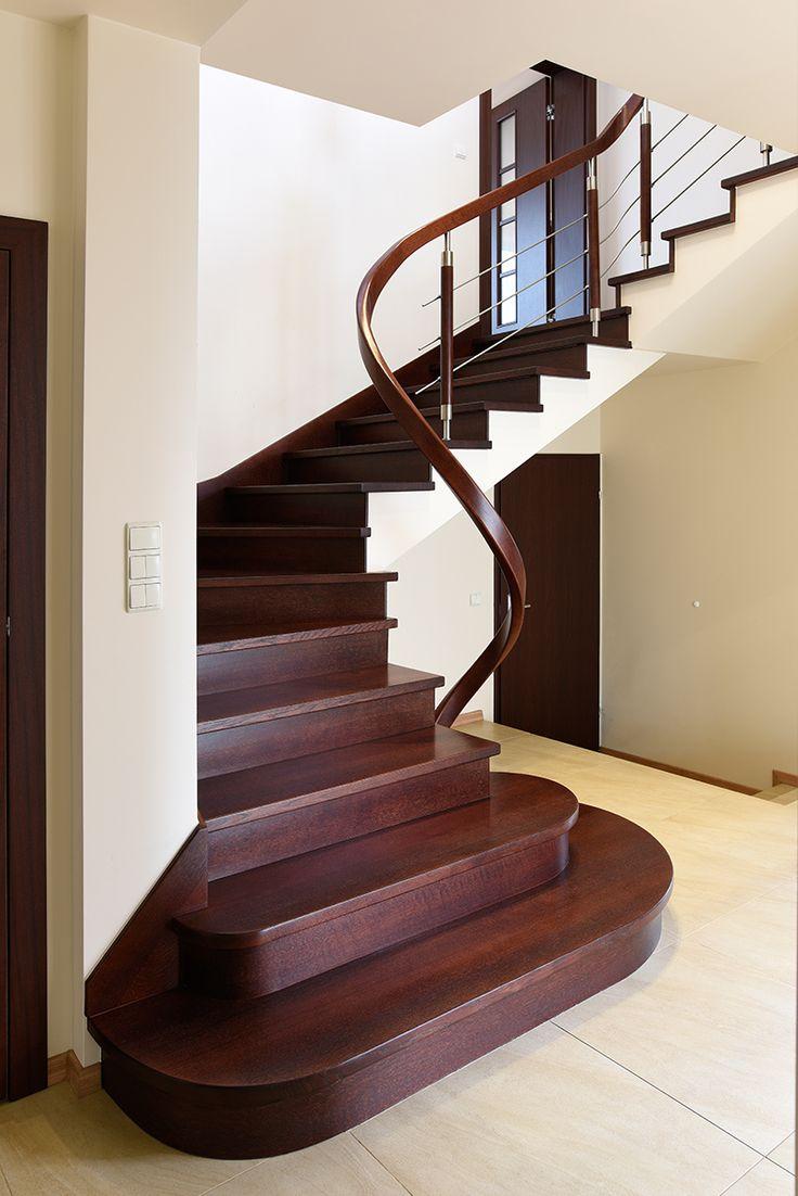 P190 Schody na beton | Drewno: dąb bejcowany | Balustrada: stal nierdzewna + drewno