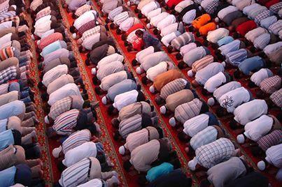 Sure 62, Vers 9  O ihr, die ihr glaubt, wenn zum Freitagsgebet gerufen wird, dann eilt zum Gedenken Allahs und stellt den Geschäftsbetrieb ein. Das ist besser für euch, wenn ihr es nur wüsstet.