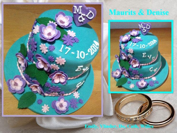 Turqoise (blauw groene bruidstaart met bloemen en de voorletters van het bruidspaar en hun 5 kids. Wedding cake aqua blue green.