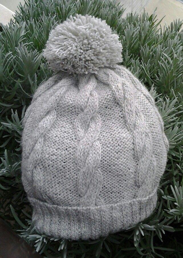 cappello di lana lavorato ai ferri con pom pom