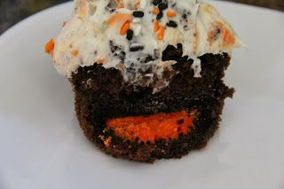 Oreo Halloween Cupcakes - there's an Oreo inside!
