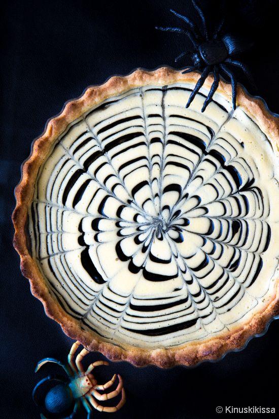 Hämähäkkivaroitus! Halloweenin hittipiirakka yhdistää herkullisesti appelsiinin ja salmiakin maut. Täytteistä muodostettu rengaskuvio rikotaan veitsenkärjellä seittimäiseksi. Aivan kuin hämähäkki olisi kutonut jättimäisen seittinsä piirakan pinnalle.