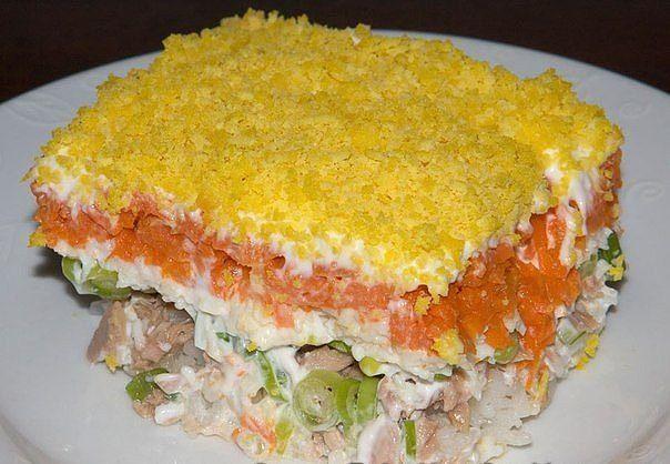 """Салат """"Мимоза"""". Пошаговый рецепт (нажмите на тему).  250-300 грамм рыбных консервов (лосось или сардина в масле); 5 яиц; 1/2 стакана риса; 3-4 средних моркови; пучок зелёного лука; 2 чашки майонеза; молотый чёрный перец; соль - по вкусу.  Сварите яйца вкрутую. Сварите морковь, очистите и охладите до комнатной температуры. Сварите рис и охладите до комнатной температуры. Выложите рыбные консервы в небольшую миску, уберите кости и кожу, разомните вилкой. Мелко нарежьте зелёный лук.  Возьмите…"""