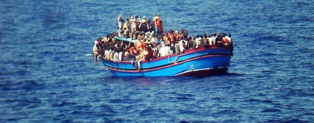 Lebensgefahr: In oftmals viel zu kleinen und überfüllten Booten machen sich die Flüchtlinge übers Mittelmeer auf den Weg nach Europa.  http://www.tagesspiegel.de/themen/fluechtlinge/