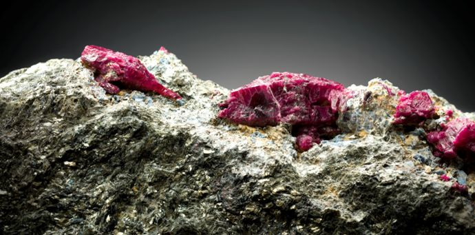 Rubiner er en av de fire mest verdifulle edelstenene som finnes, de er meget sjeldne og nesten like harde som diamanter. (Foto: LNS)