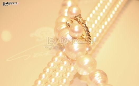 http://www.lemienozze.it/gallerie/foto-fedi-nuziali/img9484.html Collana ed anello di perle come gioielli per il matrimonio