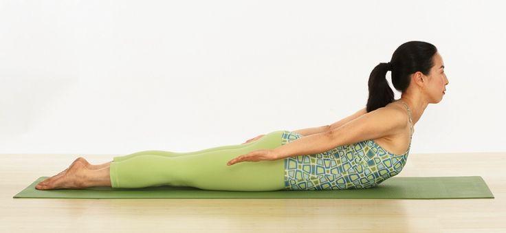A questo punto, puoi iniziare a lavorare su un'altra variante della Posizione della Locusta coinvolgendo gambe e pelvi. Sdraiati sulla pancia. Solleva leggermente la gamba destra e distendila il più possibile e poi riabbassala. Fai lo stesso con la sinistra. Apri le dita dei piedi e premi il collo del piede a terra. Porta la parte anteriore della pelvi al pavimento: ti evita di inarcare la zona dell'osso sacro. Con la fronte sul tappetino, abbandona le braccia lungo il corpo, tenendo i palmi…