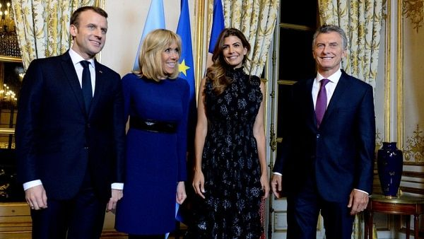 Cumbre de estilos en París: Juliana Awada y Brigitte Macron apostaron al azul noche en la cena de honor - Infobae