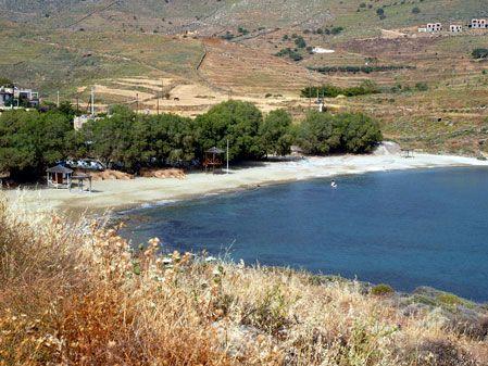 Κούνδουρος. Η πιο τουριστική παραλία του νησιού. Βρίσκεις φαγητό, καφέ, ξαπλώστρες & θάλασσα με γαζοπράσινα νερά.