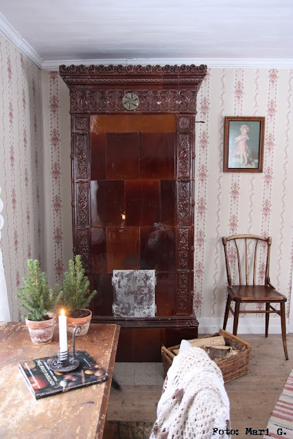 alter Kamin, and yes, I love that wallpaper