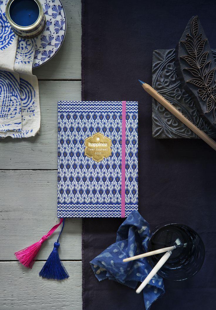 De Happinez-agenda van 2017 staat weer vol inspirerende quotes. Zelf vinden we hem mooier dan ooit – uitgevoerd in een prachtige Indiase print in blauw met gouden accenten en twee leeslinten met kwastje.