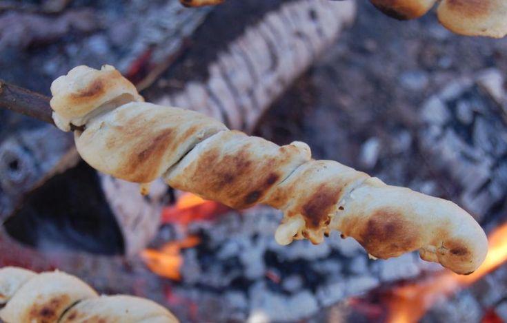 Pinnebrød stekt på bålet smaker like godt som det er enkelt å lage.