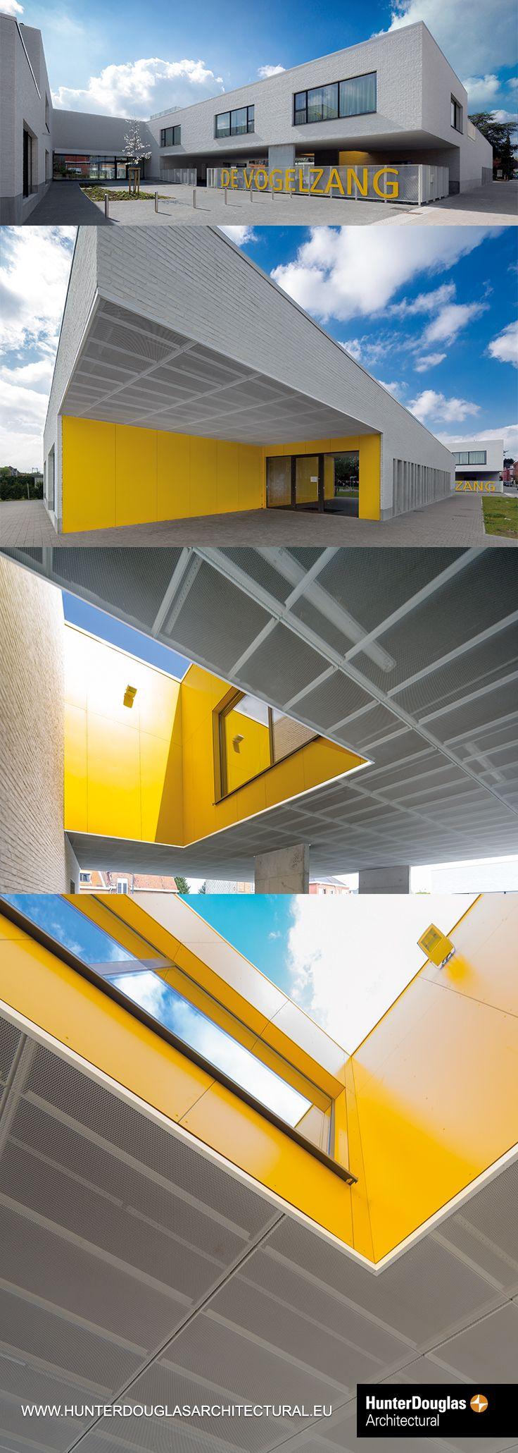 NL: Strekmetaal buiten plafond van Hunter Douglas Architectural. Project: Basisschool Vogelzang. Architect: PLANOMATIC. #architectuur #plafond #design #gebouwen