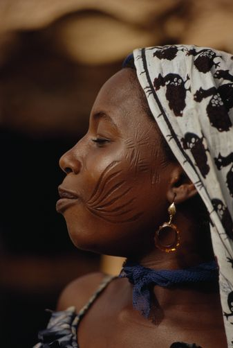 Africa | A Gobir tribeswoman bears scares indicating her membership. Niger | ©Thomas J Abercrombie