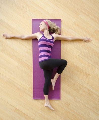 Ruotare gamba all'esterno  Esercizio N. 5 Una gamba flessa e un braccio fuori  Ancora in posizione supina, flettete un ginocchio portandolo al petto con l'aiuto della mano dello stesso lato della gamba. A questo punto ruotatelo delicatamente verso l'esterno.  Contemporaneamente, allungate fuori il braccio del lato opposto.  Ripetete alternativamente l'esercizio 15 volte a sinistra e a destra.