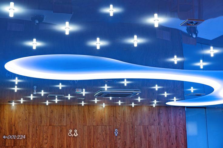 Zainstalowanie oświetlenia w suficie napinanym Alteza jest banalnie proste. Źródła światła możemy zaprojektować w dowolnym miejscu. Wykorzystać można praktycznie wszystkie typy oświetlenia – od żyrandoli, przez lampy stropowe, po wiązki światłowodów, które dadzą np. efekt gwieździstego nieba o różnych kolorach.