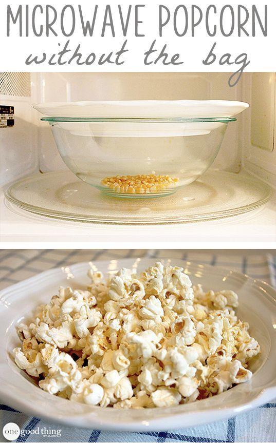 Coloca un puño de palomitas en un tazón de vidrio y cúbrelo con un plato. Introdúcelo en el microondas alrededor de 2 minutos y medio. Puedes colocar un pedazo de mantequilla en el plato para que se derrita y así puedas vaciarla en las palomitas cuando estén listas.