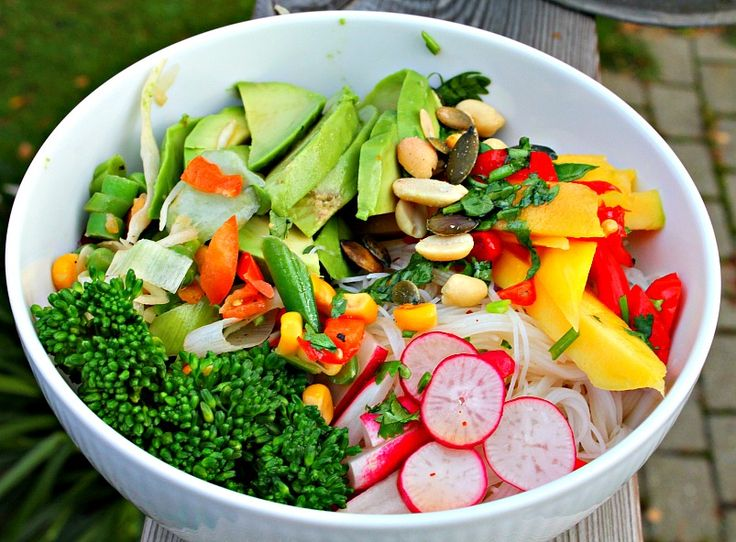 glasnudler med mango,avocado,radiser,broccoli,   bowl of noodles, mango, avocado, broccoli, radishes, cilantro, chili, lime