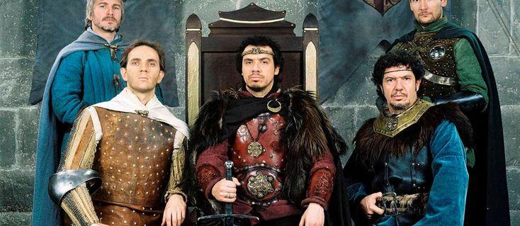 Alexandre Astier confirme qu'il reprendra le rôle du roi Arthur dans une future trilogie. Récapitulatif de ce que les chevaliers burlesques nous préparent.