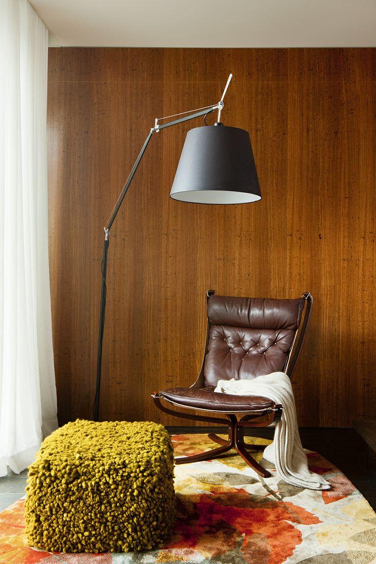 Зона отдыха подчеркнуто выделена высоким светильником, цветастым ковром и дорогим кожаным итальянским креслом, предлагая забыть обо всём и расслабиться.
