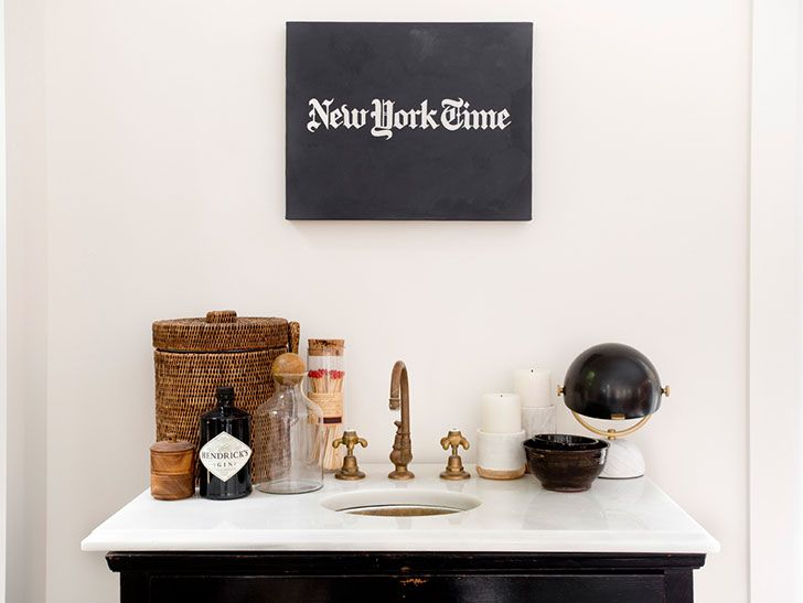 В ведь не только скандинавы умеют создавать прекрасные белые интерьеры! Американский дизайнер Tamara Magel недавно реализовала проект курортного дома недалеко от Нью-Йорка, внутреннее пространство которого оформлено почти полностью в белом цвете. Конечно же, снежно-белая основа была разбавлена контрастными аксессуарами, но интерьеры все равно выглядят воздушно. Прекрасный дом для отдыха на выходных!