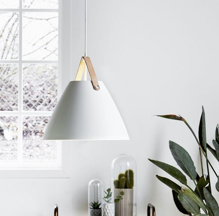 Meget smuk pendel i hvid sandblæst metal med læderophæng og hvid stofledning i moderne skandinavisk design. http://kræzen.dk/strap-pendel-36-hvid-metal