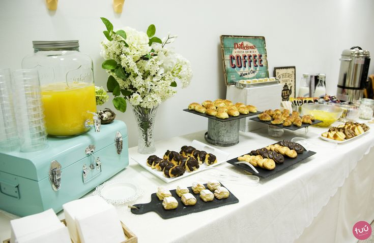 Decoración mesa de catering para un desayuno empresarial