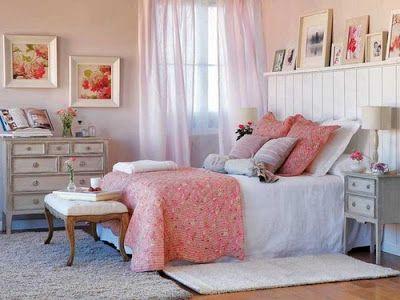 O rosa foi usado nas paredes ajuda a aumentar a clareza, que é reforçada com um despojado cortinas e mobiliário. A  cabeceira da cama é a peça central neste quarto, uma vez que protege a  parede, graças à prateleira que serve como uma base para colocar fotos e  outros adornos. Aos pés, um banco, com uma bandeja. Uma cómoda e dois  quadros preenchem a parede. Sobre a colcha branca, as almofadas estão  dispostas em diferentes cores: branco, rosa e rosa pálido. É um quarto  com muitos detalhes…