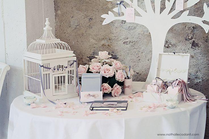 Table de cadeaux mariés : boîtes aux rêves en cage blanche, livre d'or arbre...