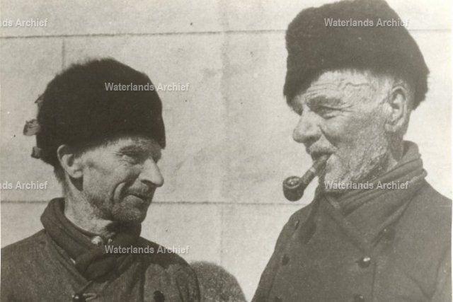 """Albert Klouwer (Kobus van de Kok), vissersknecht (1859-1942). Albert Klouwer stond tijdens de Boerenoorlog op het ijs 'Sabels' te verkopen Hij riep dan: """"Kabijtje Sabels verkoop ik! Net zolang, totdat de mensen hem zo noemden. Cornelis Bont (de Pul), vissersknecht (1857-1932). Werd op de dijk vaak gefotografeerd. Was een gemoedelijke plaaggeest. Aan kinderen vroeg hij vaak:""""Moet je wat lekkers ?"""" Hij stopte dan uitgekauwde pruimtabak in hun hand. #NoordHolland #Volendam"""