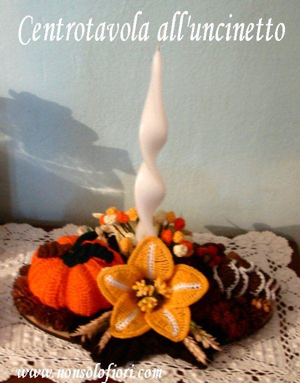 Centrotavola autunnale ovale all'uncinetto con candela http://www.nonsolofiori.com  #centrotavola #uncinetto #crochet #centerpiece #pigne #zucche