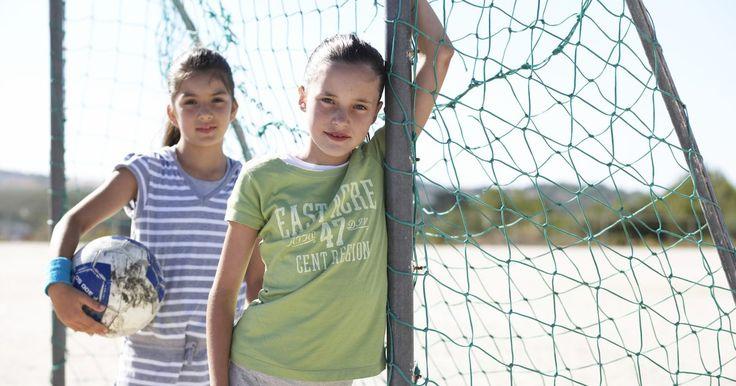 Etapas de comportamiento de una niña de 11 años. Los 11 años disparan los años de pubertad o preadolescencia de las niñas, esa incómoda etapa entre la infancia y los años de adolescencia. Junto con los cambios corporales que comienzan con la pubertad empieza los cambios de comportamiento desencadenados por las hormonas, los círculos sociales, las crisis de identidad y los deseos de lograr ...
