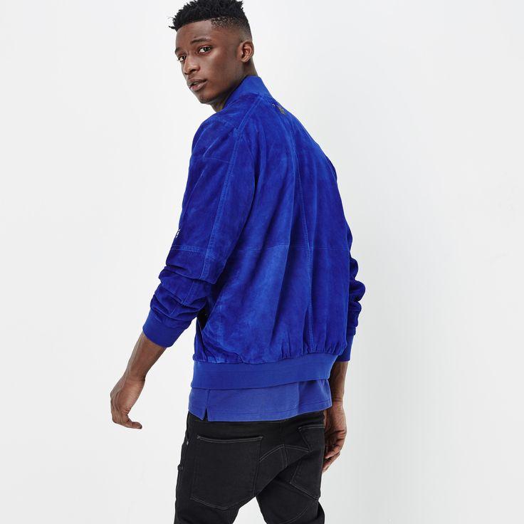 今シーズンのワードローブの主役になるしなやかなスウェードのボンバージャケット。スウェードにして鮮やかな青色が新鮮。袖上部の機能的なポケットがアクセント。そしてスポーティーなリブが完璧なボンバーフィットになっています。