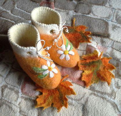 Купить или заказать 'Ромашечки'. Валеночки. в интернет-магазине на Ярмарке Мастеров. Теплые мягкие валеночки малышам до года для улицы - в коляску. Размеры до 15. Голеностоп на резиночке, плотно прилегает к ножке. Войлочная обувь идеальна для маленьких деток : ножка 'дышит' и не мерзнет.