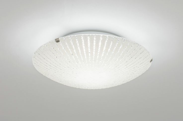 Klik op deze link http://www.rietveldlicht.nl/artikel/plafondlamp-10849-modern-eigentijds_klassiek-landelijk-rustiek-wit-glas-wit_opaalglas-rond  .  Ingebouwd LED Fraaie, dimbare led plafondlamp in kleine afmeting.  Deze plafonnière hangt iets vrij van het plafond waardoor een mooie lichtreflectie op het plafond waarneembaar is.en staat bekend om zijn lange levensduur.  De lamp is te dimmen in drie standen met behulp van de wandschakelaar.