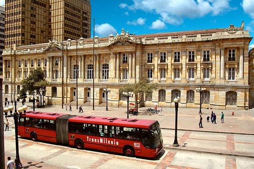 This is the Jimenez Avenue. Is in the Bogotá Centre and has a very interesting architecture, and this bus is part of one of the principal transportation system of the city, the Transmilenio.