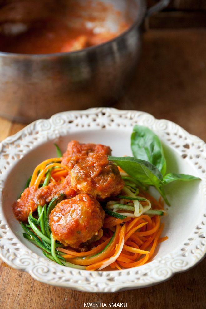 Pulpeciki w sosie pomidorowym na spaghetti z cukinii