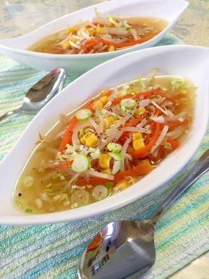 「コラーゲンスープで★もやしと人参とコーンのスープ」鶏手羽先で作った、コラーゲンスープをアレンジしました。人参とコーンを入れて、色鮮やかに。シャキシャキ感が楽しい、もやしを入れました。美味しい中華スープです。【楽天レシピ】