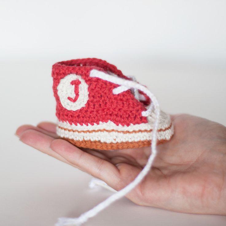 Baby converses roses personnalisées au crochet.
