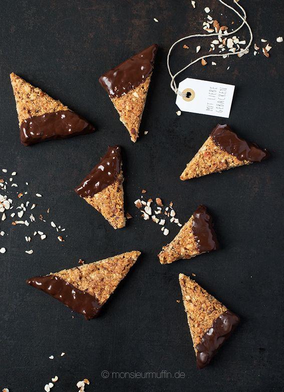 Rezept für Nussecken mit Mandel. Auch für Haselnuss-Allergiker geeignet. Passend dazu eine Anleitung zum Schokolade temperieren. Für schönen Glanz.