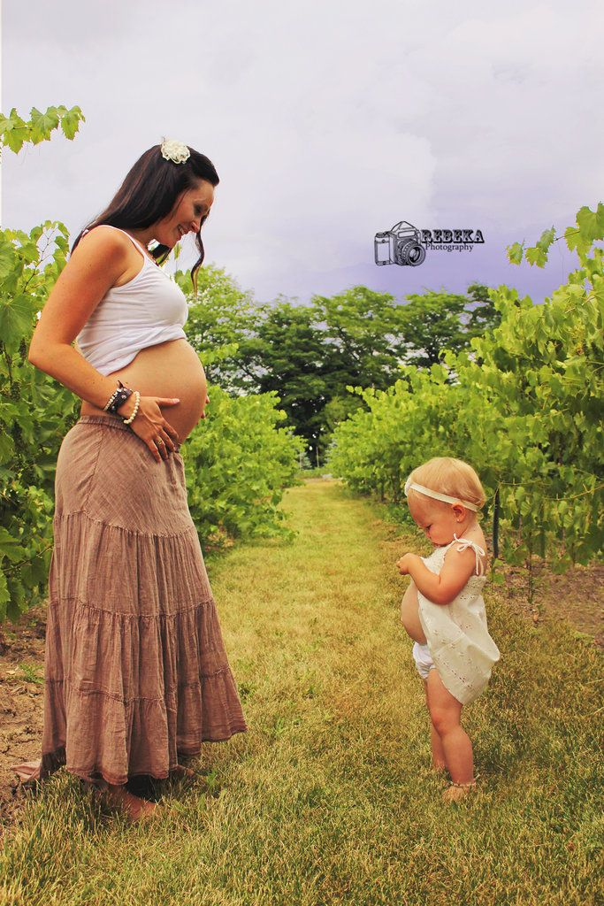 Pic idea for me & charlee when we have the next baby! This is adorable.