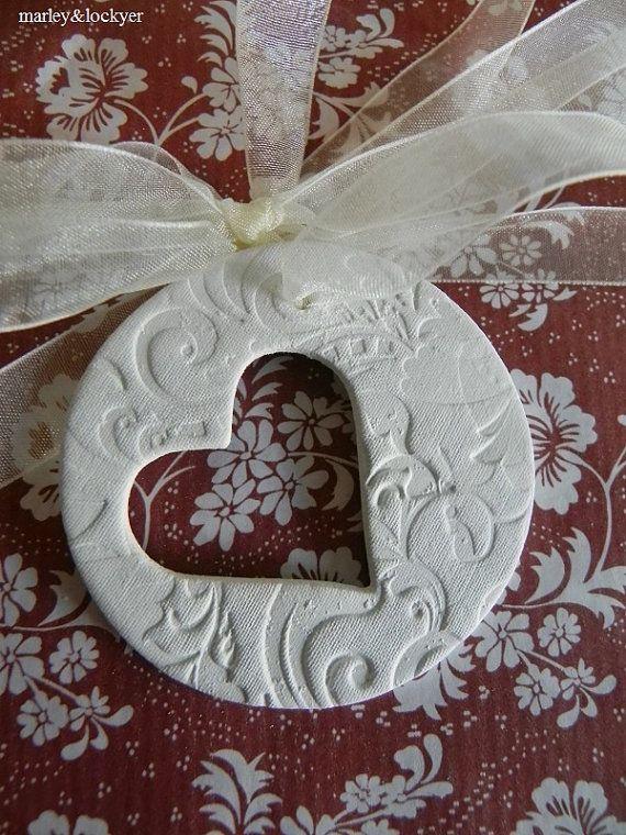 © Marley & Lockyer 2008-2012 Sich vorstellen Sie, dass dies an einer Ring-Box, eine Hochzeit Tabelleneinstellung, neues Baby-Geschenk, Mothers Day Geschenk usw. gebunden... mit weißem Ton und gestempelt mit einen Anagalypta Eindruck, es gibt auch ein Herz Form ausgeschnitten. Ihr Tag kommt mit natürlichen Bindfäden, gebrauchsfertig. Tag-Grösse ca-6,5 cm. Jeden Tag wird komplett von Hand gemacht, erwarten Sie also leichte Abweichungen von den dargestellt. * Multifunktionsleiste angezei...