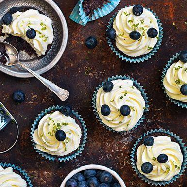 Imponera på gästerna med dessa kladdiga chokladmuffins – alltså kladdkakesmet som du bakar i muffinsformar. Bryt av den söta chokladsmaken med en limesyrlig frosting baserad på krämig färskost och grädde. Spritsa på limefluffet för snyggast finish!