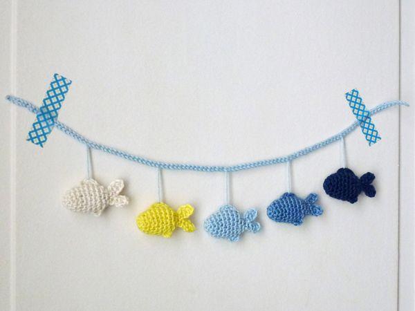 Tina van A French Touch laat zien hoe je gemakkelijk een mobile of slinger kan maken voor op de babykamer. Deze schattige visjes kan je aan de muur of boven het wiegje hangen, combineer mooie kleuren met elkaar en de kleine baby heeft genoeg moois om naar te kijken.