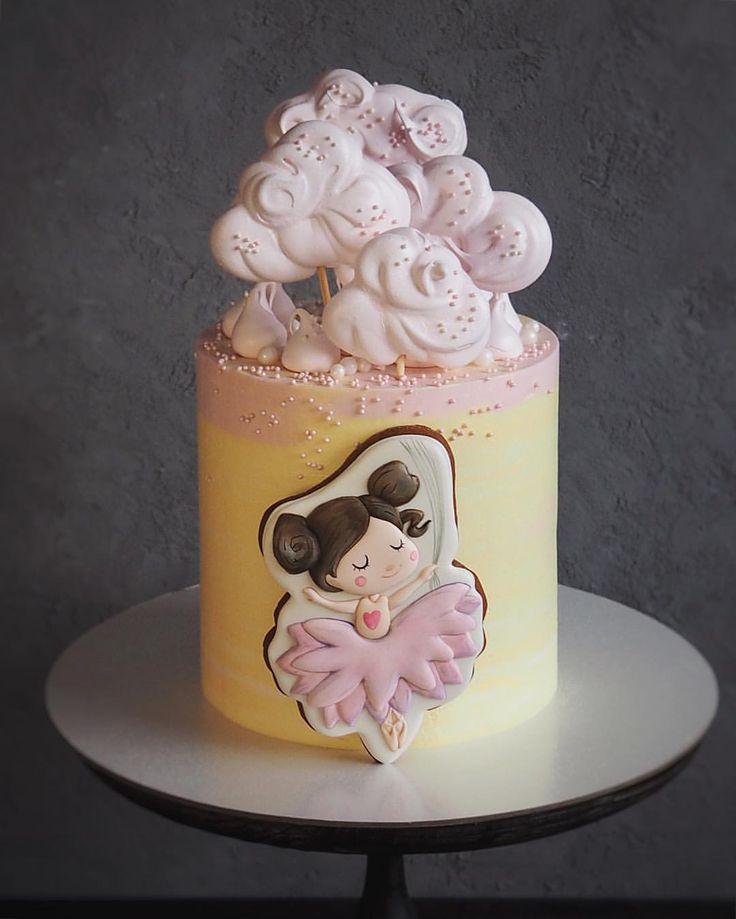 Я люблю этот торт ☺️ Так люблю, что не выкладывала больше недели Берегла как будто Для меня этот торт - небольшой эксперимент т.к. клиент хотел попробовать 2 вкуса сразу Поэтому внутри этой воздушной башенки - два разных торта ♀️ Высота 15-16 см ☝ Тортики разделены подложкой 2,5 кг Заказ был на День Рождения малышки но, что-то мне подсказывает, что родители планировали съесть его сами ибо в таком юном возрасте, ребёнок, скорее всего, не способ...