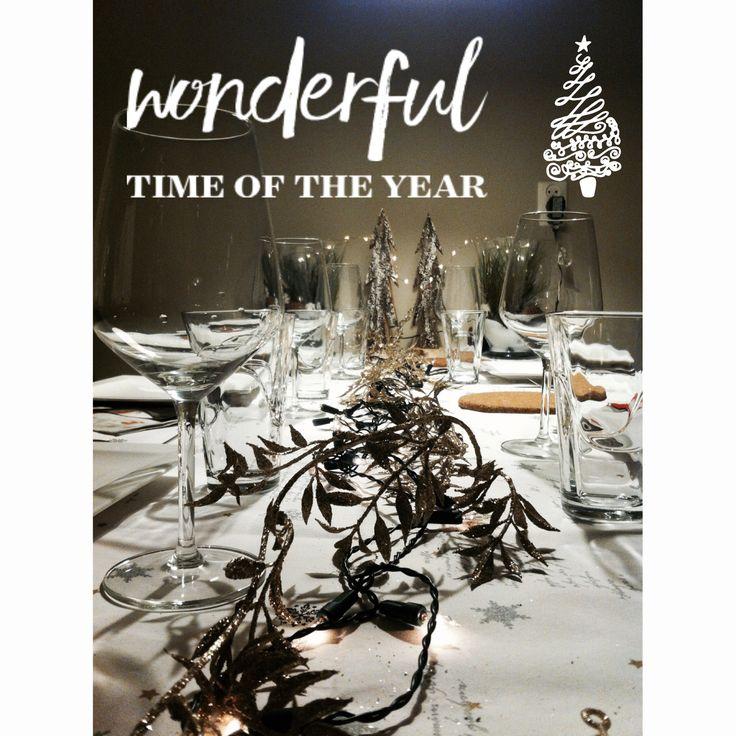 Kerstidee; maak je tafel op met leuke spulletjes zoals een lange slinger met lampjes in het midden van de tafel. Aan het hoofdeind een kerststuk. Veel glazen, servetten en een mooi tafelkleed maken het af. Heppie nieuwjaar!