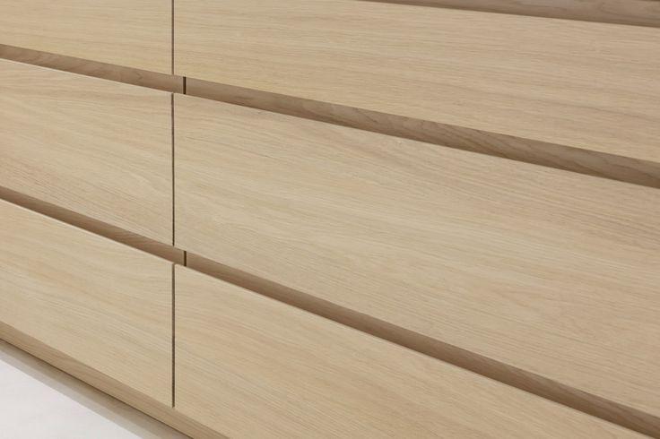 Détail d'une cuisine en bois et plan de travail en Corian® pour une villa à Saint-Tropez / Detail of a wooden kitchen with worktop in Corian® for a villa in Saint-Tropez  #Home #Maison #Decor #Deco #Design #Bois #Wood #Wooden #Kitchen #SaintTropez #Carpentry #Menuiserie #Rafflin