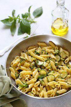 360 g de pâtes sèches, 350 g de belles courgettes 1 gousse d'ail une quinzaine de feuilles de basilic huile d'olive vierge extra sel et poivre parmesan ou pecorino pour servir