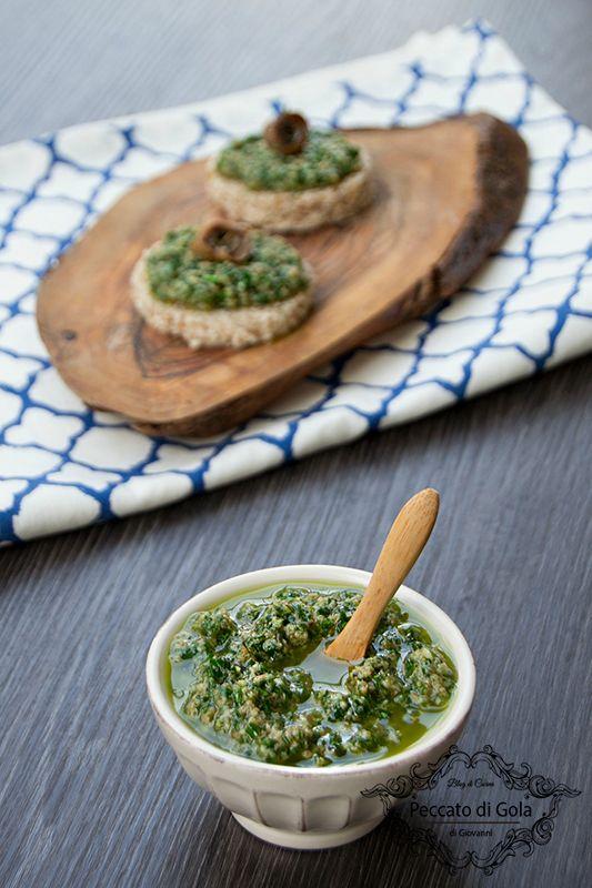 La salsa verde alla piemontese, o bagnet verd, è un condimento tipico perfetto per accompagnare il lesso di carne, i tomini e persino i crostini di pane!